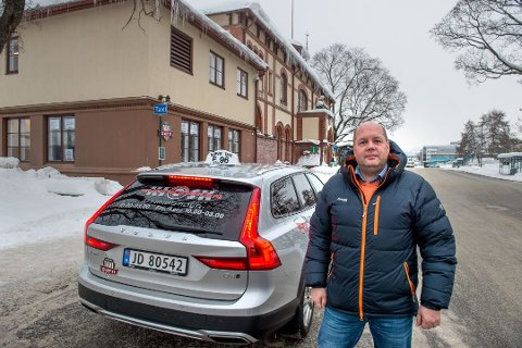 KLAR TALE: Erling Løkken, daglig leder Gjøvik Taxi, er klar på at en endring av dagens løsning for transport med mistenkt, eller bekreftede covid-19 smittede er et dårlig valg.