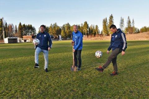 I VEKST: Tommy Svendsen (f.v.), Rune Kværndal og Espen Syversen i Reinsvoll IF forteller om økt aktivitet i klubben, og håper nytt kunstgressanlegg vil bli et samlingspunkt for befolkningen.