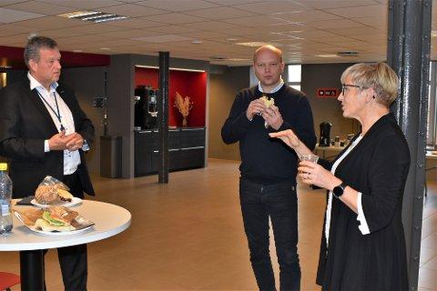 BESØKTE RAUFOSSINDUSTRIEN: Administrerende direktør i Nammo, Morten Brandtzæg (t.v.) møtte blant annet leder av Senterpartiet Trygve Slagsvold Vedum og Liv Signe Navarsete (Sp), som er medlem av Utenriks- og forsvarskomiteen på Stortinget på Raufoss fredag.