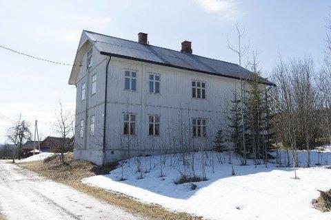 BRENT NED: Sagvoll skole fra starten av 1900-tallet hadde ved nedbrenninga i 2018 stått tom i mange år. Uten vedlikehold hadde den begynt å bli farlig for omgivelsene, og kommunen så seg nødt til å jevne den med jorda.