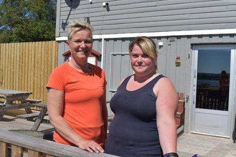 NYTT TILBUD: Veronica Lunn (t.h.) har nylig tatt over som driver av bensinstasjonen på Eina. Nå satser hun på å gi folk et helt nytt tilbud, med servering av både mat og drikke.