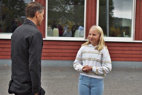 LYTTER: Signe Kvaalen har lyktes å få samferdselsminister Knut Arild Hareides oppmerksomhet for å fortelle om viktigheten av gang- og sykkelvei langs fylkesveg 246 mellom Bøverbru og Reinsvoll. Nå håper hun at det snart vil skje noe.
