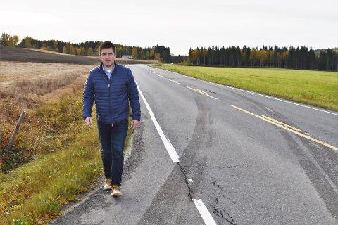 FARLIG: Hans Kristian Thorsrud (Sp) og resten av politikerne i Vestre Toten er enige om at strekningen mellom Bøverbru og Reinsvoll må gjøres tryggere for myke trafikanter. Nå håper de at fylkeskommunen også ser hvor viktig det er å få på plass en gang- og sykkelvei.