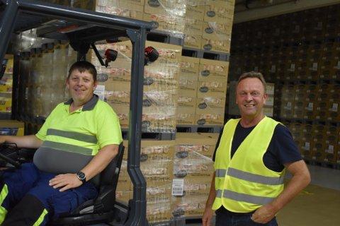 I GANG: Fabrikksjef Jens Kristian Ulsrud (t.h.) er glad for å være i gang med prosessen med å få bygget et nytt, stort lager for alle Kims sine varer og produkter på Skreia. Her sammen med Trond Eklund på fabrikken ved en tidligere anledning.