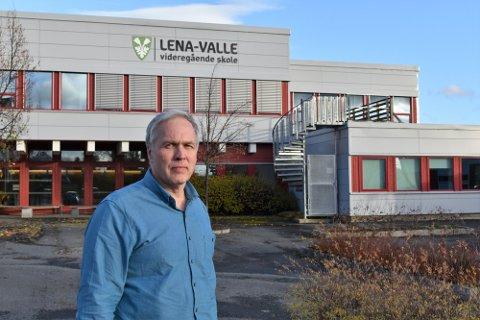 BEKYMREDE ELEVER: Rektor Nils Fredrik Pedersen ved Lena-Valle videregående skole blir daglig kontaktet av bekymrede og usikre elever, og prøver å forklare og berolige så godt som mulig.