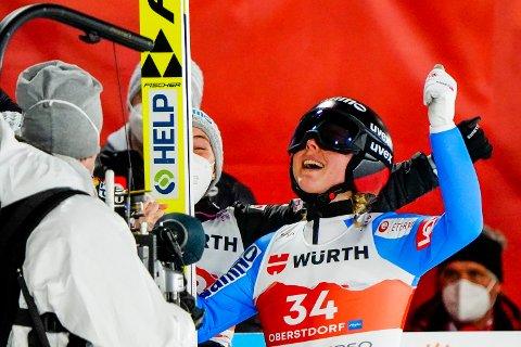 Maren Lundby jubler for gull under hopp stor bakke for kvinner under VM på ski i Oberstdorf.