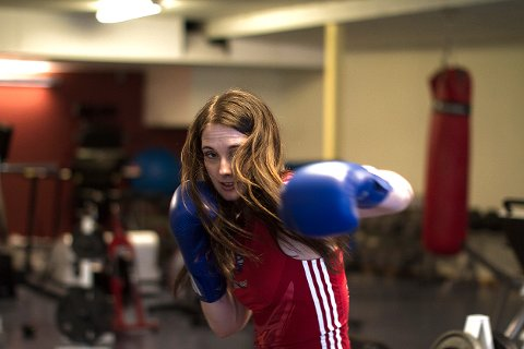 Anne Beret Tjønndal er doktorgradsstipendiat ved Nord universitet og norgesmester i boksing.