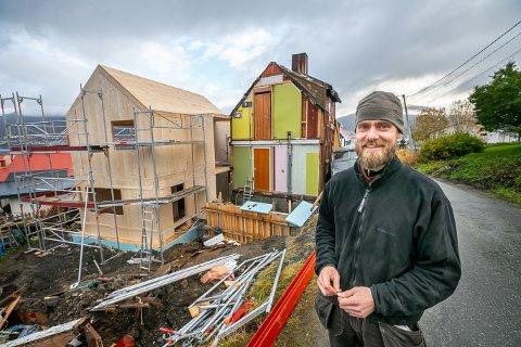 UTRADISJONELT: Hallvard Olsvik og familien valgte en utradisjonell løsning for å få større plass. I bakgrunnen sees det gamle huset til høyre, og det nye til venstre.