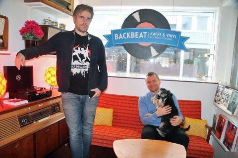 TROMSØS ENESTE PLATEBUTIKK: Anders Rasmussen (til venstre) og Rolf-Erik Østerås, med hunden Akilles på fanget, har drevet Backbeat siden januar. Nå gir de seg. Foto: Gaute Bergsli