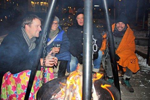 BÅLKOS I SENTRUM: Det er røyken fra denne bålpanna naboene reagerer på. Her er det Arild Mehn-Andersen, Håkon S. Windsland, Arne Berg og Vasil Gjuroski som varmer seg utenfor Raketten. Bildet er tatt i en annen sammenheng.