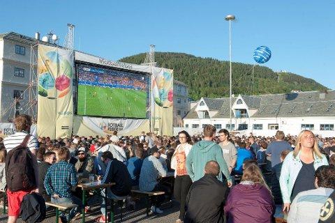 TIL TROMSØ: Under Fotball-EM 2016 fikk Fotballfeber 60.000 besøkende til storskjermen på Tollbodallmenningen. Nå vil selskapet bak utevisningene starte opp arrangementet i Tromsø. . Foto: KRISTINE RISTESUND