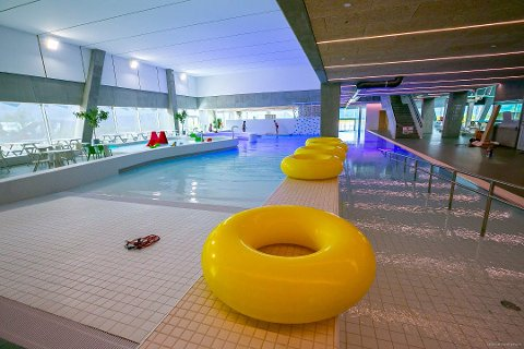 NY RABATT: Tromsøbadet for en hundrings i helgene. Nå er dette mulig for Tromsøs unge.