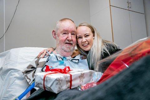 SJENERØS: Thorfinn Sørensen ofrer formuen for å bidra til å styrke akuttberedskapen i nord. Ambulansearbeider Kristine Norum er både rørt og takknemlig for gaven.
