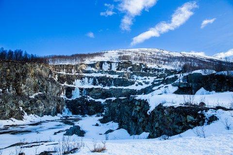 HØYT: Det er 107 meter fra den øvre delen av steinbruddet og ned.