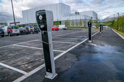 ELBIL-PARKERING: I alt 12 plasser er reservert for elbiler. Her det fire ladestasjoner med til sammen åtte strømuttak.