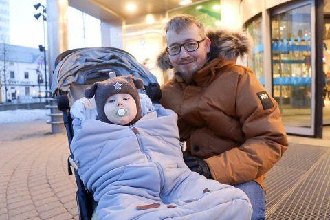 BEVISST: Martin Hansen prøver å få brukt gavekortene han får. Her er han på luftetur i sentrum med datteren Helene.
