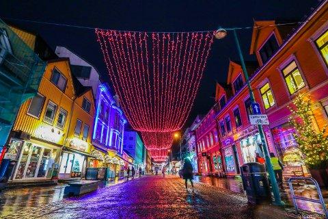 NORDLYS: Lysene i Storgata veksler i fargespillet. Søndag 29. november ble det fargefest i Tromsø sentrum.