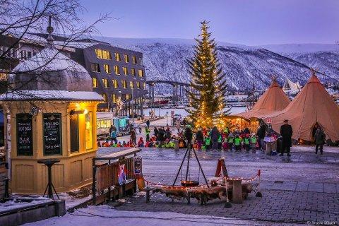 POPULÆR: Uteserveringen og bålpannefyringen har tidligere møtt på kvist hos naboene. Tromsø Stift og den katolske kirke ønsker ikke utvidelse.