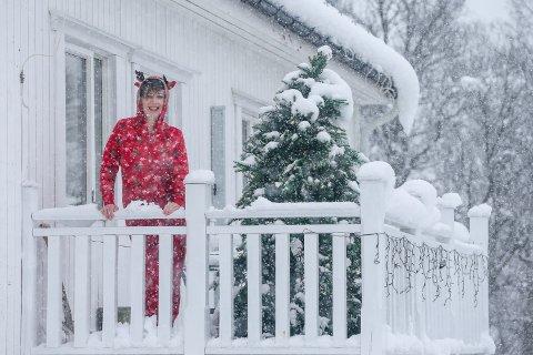 JULESTEMNING: Bedre å tenne lys enn å forbanne mørket, sier Hege Næsvold Pedersen. Og laget julestemning på toppen av Tromsøya, i mai.