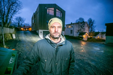 BEKYMRET: Fredrik Andersson mener inngrepene som ble gjort på adkomstvegen til boligene i Kveldrovegen, vil by på trøbbel om vinteren.