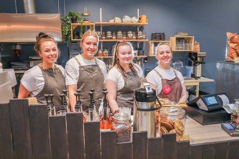 SMILENDE OG BLID: Gjengen som er på jobb åpningsdagen smiler om kapp med bakverkene. Fra venstre: Anine Olsen, Tuva Miland, Emma Bugge Ringdal og sjefen selv, Kristin Bergheim.
