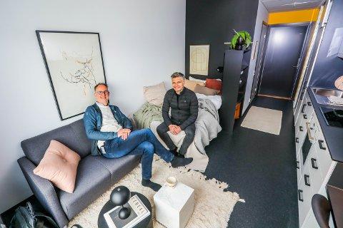 ROMSLIG: Smarte løsninger gir god plass i leilighetene, som er mellom 20 og 25 kvadratmeter. Her sitter daglig leder i Pago AS Kenneth Bless og Morten Walthinsen i Tromsø Eiendomsutvikling AS i 12. etasje.