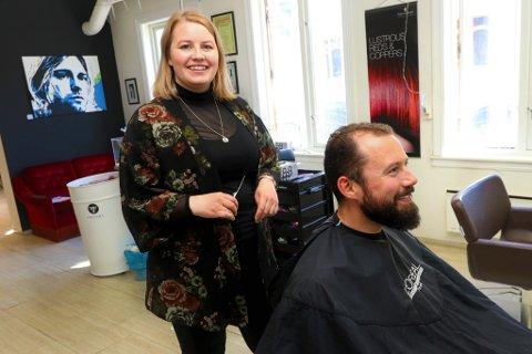 ELSKER FAGET: Helene Jakobsen har et stort hjerte for frisørfaget. Hun håper noen vil ta over salongen i Storgata, når hun gir seg.