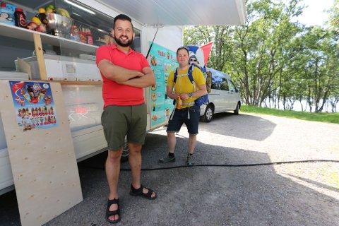 ENDELIG: Mandag formiddag kunen Khader Zouorb endelig åpne Yalla Habibi i vogna. Her er han sammen med en av dagens første kunder, Espen Stamnes.