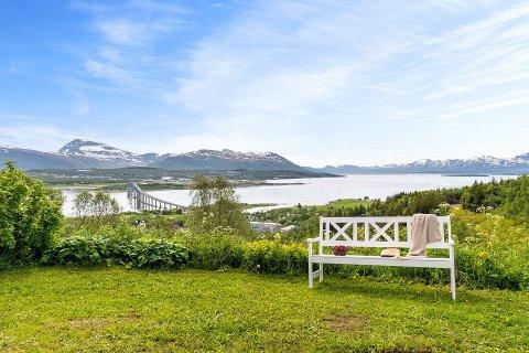 STORSLÅTT: Boligen har utsikt over hele Tromsøya og deler av Malangen.