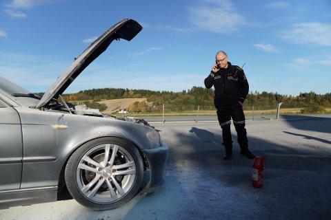 TOK FYR: UP-leder Lars Letnes sto klar med laser og kikkert for å kontrollere trafikk, men måtte løpe for å hjelpe den uheldige bilisten på E6.