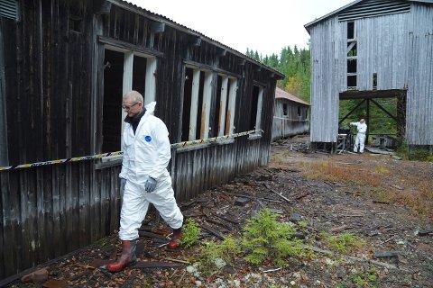 TROLIG PÅSATT: Politiets kriminaltekniker Fridtjof Rannem mener at tilførsel av åpen ild er den mest sannsynlige årsaken til brannen inne i det nedlagte sagbruket.