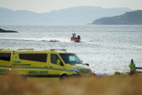 17 elever og tre lærere ble reddet i land med båt av frivillige fra Redningsselskapet og Røde Kors. Høsholmen ligger mellom Straumen og Røra i Inderøy, og er er et populært turmål.