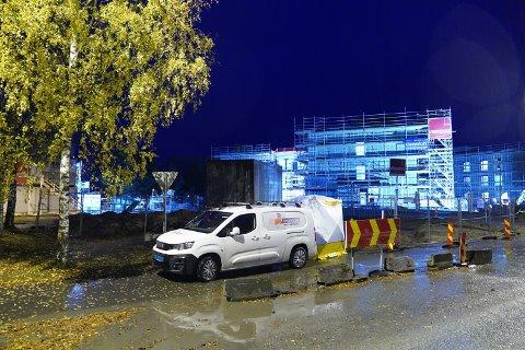 Store deler av Verdal står uten bredbånd og TV-signal etter at en hovedkabel skal ha blitt skadet i forbindelse med gravearbeid ved de nye helsehuset onsdag ettermiddag. Onsdag kveld er arbeidet med å utbedre i gang.