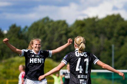 KAN BLI SERIEMESTERE:Rosenborgs Julie Blakstad jubler sammen med lagvenninner etter 0-3 målet under fotballkampen i Toppserien for kvinner mellom Lyn og Rosenborg.