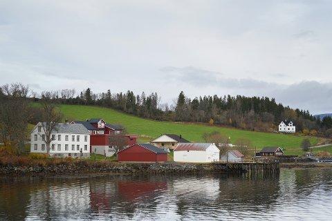 Venneshamn er en grend beliggende i Inderøy kommune, nord i Skarnsundet i Framverrandelen av kommunen. Venneshamn er et lite tettsted og tidligere handelssted. Tettstedet hadde handelvirksomhet fra 1888 til 2008, og Verran Sparebank hadde lokaler her fra 1997 og frem til 2009.