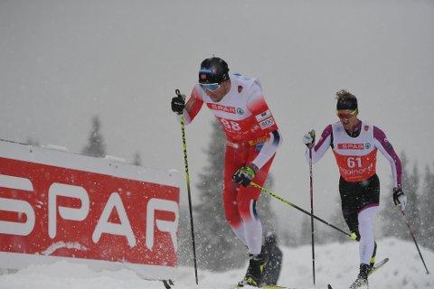TØFFE FORHOLD: Kraftig vindkast og snø gjorde lørdagens 15 kilometer svært utfordrende for Emil Iversen og resten av utøverne.