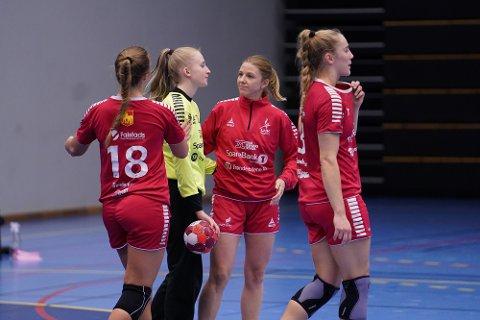 LHK-keeper Marte Tronstad spilte en meget god kamp mot topplaget Volda. Gjestene utlignet i siste sekund, og dermed gikk LHK-spillerne skuffet av banen. Her sammen med Åsa Grønning Almberg (t.v.), Astrid von Heimburg og Elisabeth Hammerstad like etter kampslutt.
