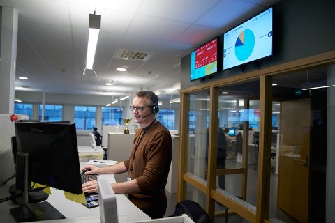 NY START: Etter 28 år på Quality Grand Hotell i Steinkjer ble John Anders Aalberg (49) tvunget til å finne på noe nytt da koronakrisen rammet bransjen. Nå jobber han som kundebehandler i NTE.