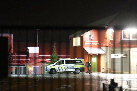 Politiet og politiets narkotikahunder brukes for å finne narkotika i Verdal fengsel. Arkivfoto.