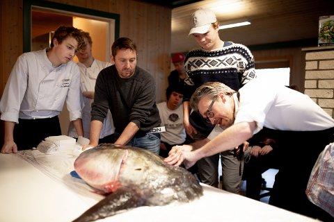 EKSOTISK: Elevene ved Sund folkehøgskole følger spent med når kokkelærer Lars Knutsen gyver løs på månefisken med nyslipt kniv. Eskil Røkke i midten er lærer i sportfiske.