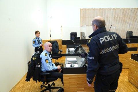 LIVSTRUENDE SKADD: Politiadvokat Line Brenne Dreier og etterforskningsleder Leif Gundersen i retten torsdag. To personer er siktet etter at et barn er livstruende skadd.