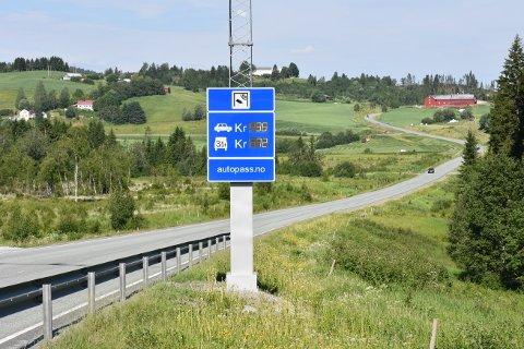 HALV PRIS: Flertallet i fylkestinget har vedtatt at eiere av nullutslippkjøretøy må betale halv pris for å passere bomstasjoner på fire utvalgte strekninger i Trøndelag. Blant annet bomstasjonen på Asphaugen.