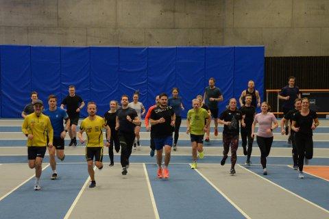 LØPEGLEDE: Hver torsdag møtes mange løpeglade mennesker fra Steinkjer og omegn for å løpe intervaller og bli motivert av trener Amel Jodanovic ( i røde sko). På søndager arrangerer også gruppa utendørsløping.