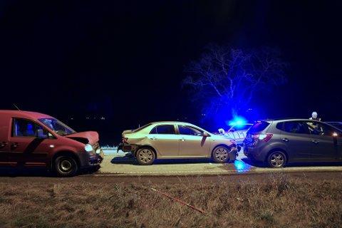 KJEDEKOLLISJON: Ifølge politiet skal bilen til venstre ha kjørt inn i bilen foran, som så ble skjøvet inn i bilen til høyre. Fire personer er sendt til legevakt for sjekk.