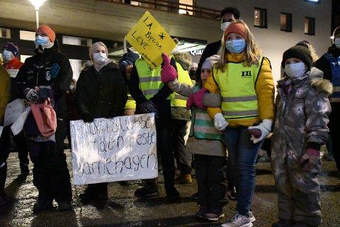 DEMONSTRASJON: Både store og små møtte opp på demonstrasjonen torsdag kveld. Fra venstre: Nora Johanne (7), Linnea (9) og Thea Emilie (7).