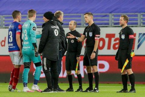 MISFORNØYD: RBK-trener Åge Hareide diskuterer med dommer Sigurd Smehus Kringstad etter kampen mot Vålerenga på Intility Arena mandag kveld.