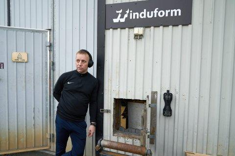 BRØT SEG INN LUKE: Daglig leder Jonas Sivertsen i Induform forteller at tyvene brøt seg inn en materialluke, og stjal verktøy for 170.000 kroner.