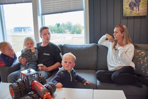 UTFORDRENDE: Sindre Holberg og Guro Martine Bjerkan måtte gjøre justeringer i arbeidstid for å rekke levering og henting i barnehagen. Nå endrer Levanger kommune praksis.