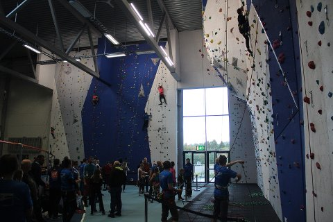 FORDUMS TID: Voksne klatrere har ikke fått være i veggen i Steinkjerhallen siden 2. januar. Bildet ble tatt under åpningen av veggen i 2017.