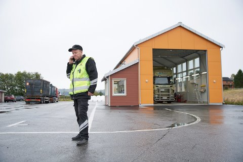NOEN UNNDRAR SEG: Steinar Vist i Statens Vegvesen forteller at bilister, for eksempel på vei fra Levanger til Steinkjer på E6, kjører omveien gjennom Verdal sentrum når de ser at det er kontroll. – Når de gidder å gjøre det, vet de at ting ikke er på stell.